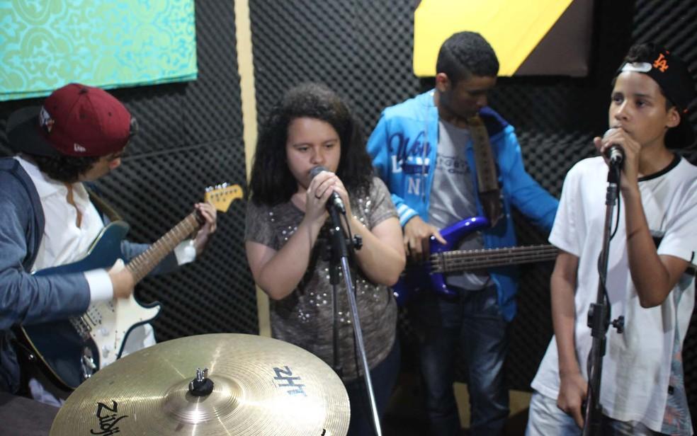 Oficina musical é um dos serviços prestados gratuitamente pela produtora cultural A Banca no Jardim Ângela, Zona Sul de São Paulo — Foto: Evellyn Gomes/A Banca/Divulgação
