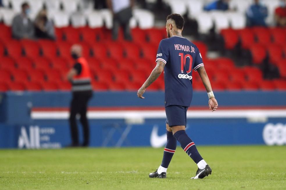 Expulso, Neymar saiu de campo reclamando muito — Foto: Reuters