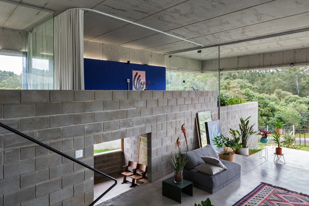 Concreto, vidro e leveza: casa com interiores fluídos se integra à natureza   (Foto: FOTOS ANDRÉ SCARPA)