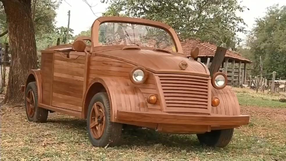 Fusca conversível de madeira foi construído por morador de Santa Fé do Sul  — Foto: Reprodução/TV TEM