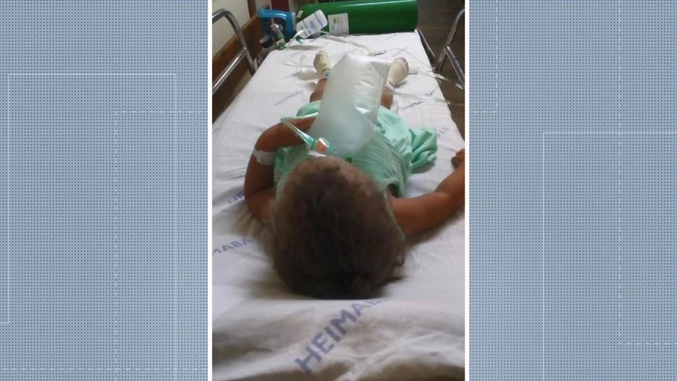 Criança sendo atendida no corredor de Hospital Infantil de Vitória — Foto: Reprodução/ TV Gazeta