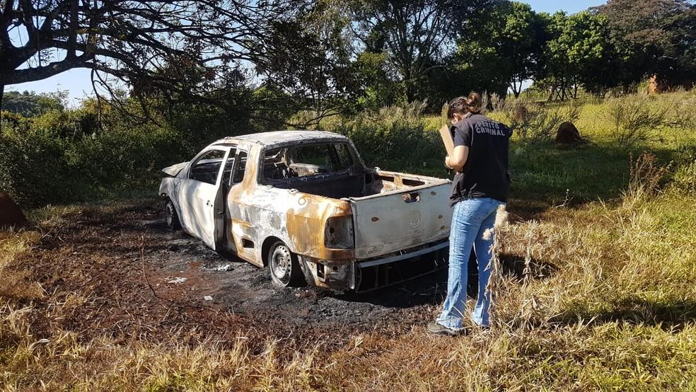 Carro de idoso que foi morto a facadas e carbonizado, foi encontrado queimado, em Dourados (MS). — Foto: Adilson Domingo