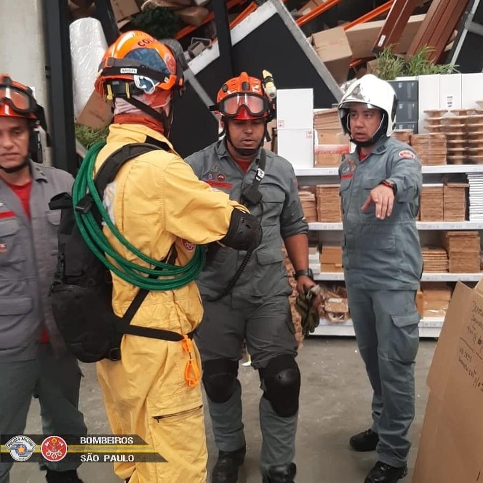 Bombeiros durante resgate em loja que desabou em Alphaville, na Grande SP — Foto: Reprodução/Redes sociais