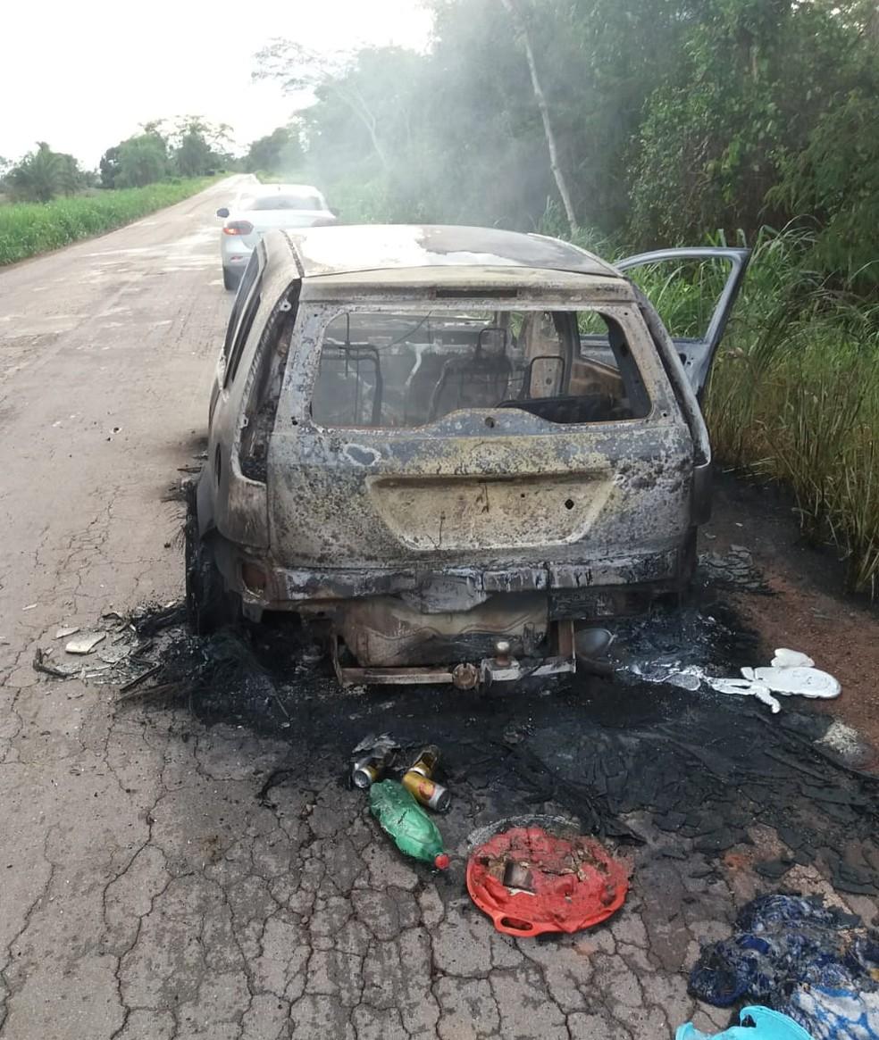 Carro em chamar é encontrado pela polícia em estrada de MT — Foto: Polícia Militar
