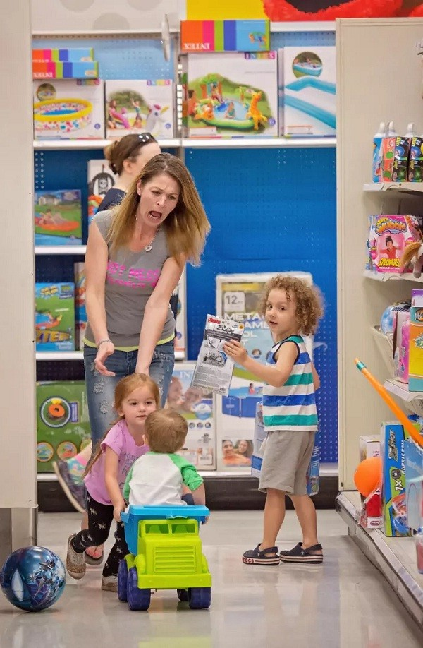 Mãe corre atrás de crianças aprontando em loja de brinquedos (Foto: Reprodução/Pictures By GG)