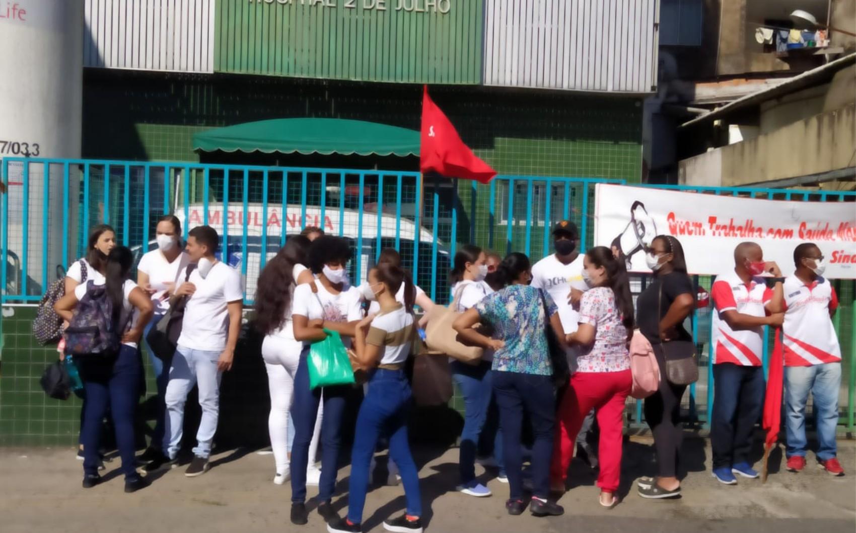 Funcionários de hospital fazem paralisação temporária em protesto por atraso de salário em Salvador