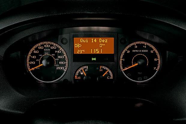 Painel digital com  marcador de data e hora, temperatura e  nível de combustível (Foto: Divulgação)