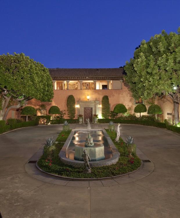A mansão também conta com um pátio com uma fonte (Foto: Top Ten Real Estate Deals/ Reprodução)
