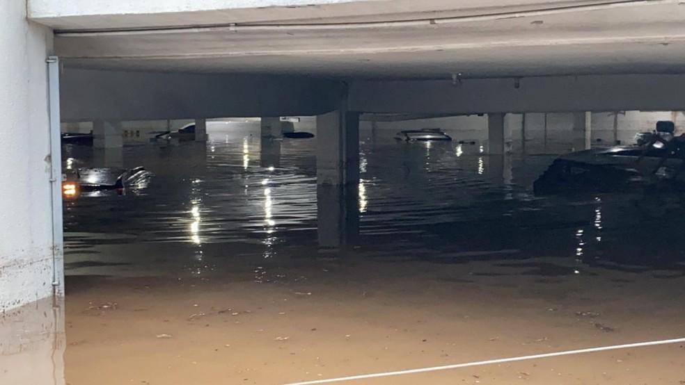 Carros submersos no estacionamento de uma concessionária na Zona Norte de São Paulo devido à chuva que atingiu a cidade nesta terça-feira (20). — Foto: Abraão cruz/TV Globo