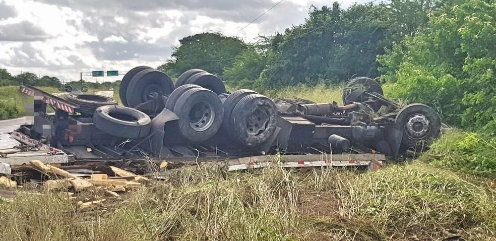 Acidente na BR-232 em Bezerros — Foto: Polícia Rodoviária Federal/Divulgação