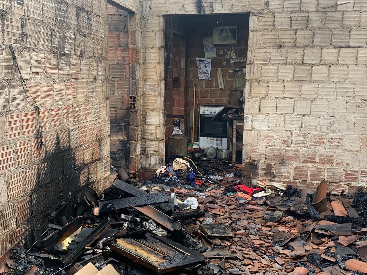 Homem morre carbonizado em incêndio na própria casa, em Lagoa Seca, PB