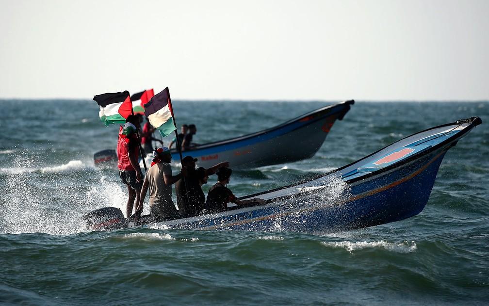 -  Palestinos conduzem seu barcos em protesto contra o bloqueio naval de Gaza, em Beit Lahya, na fronteira com Israel, no sábado  11   Foto: Mahmud Hams
