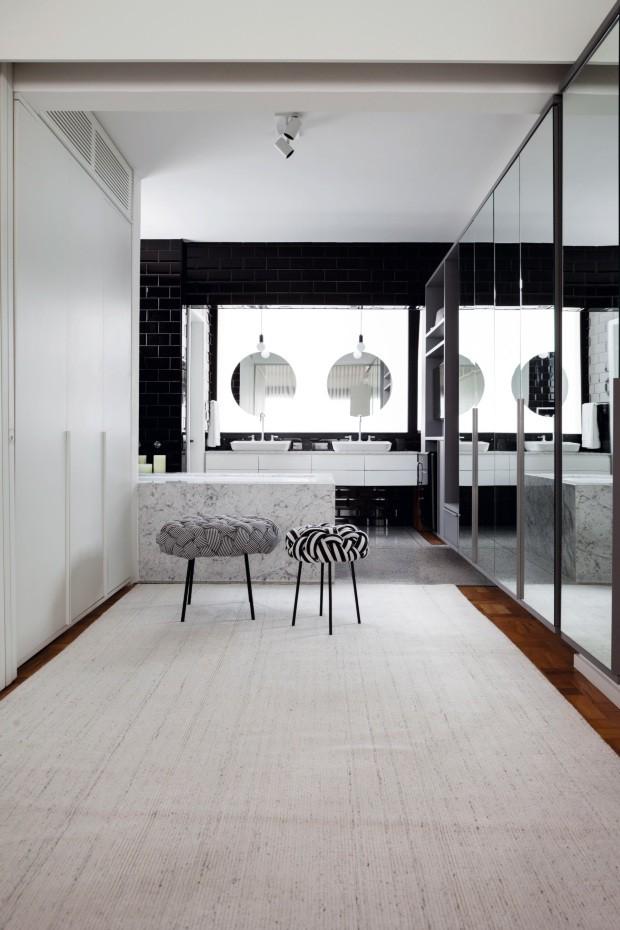 Closet integrado ao banheiro tem banheira de mármore Carrara e piso de granilite (Foto: Lufe Gomes / Editora Globo)