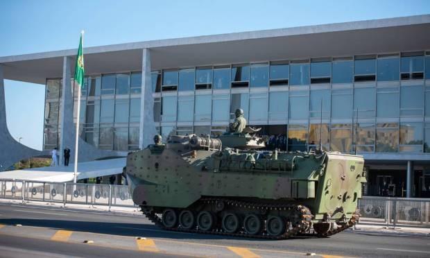 Blindados desfilam na Esplanada dos Ministérios no dia da decisão sobre o voto impresso: Forças Armadas não farão parada militar no 7 de setembro