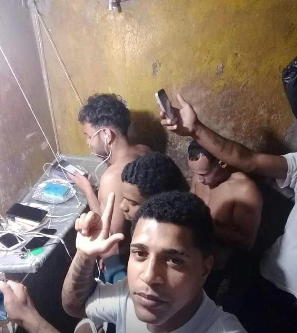 Detentos com celulares dentro do CDP  — Foto: G1 Santos
