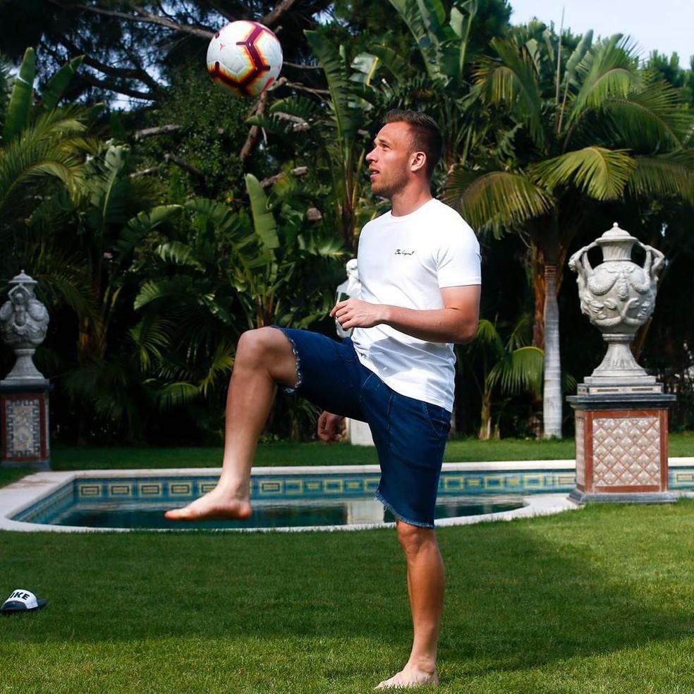 Arthur está no Brasil e só deve voltar para a Europa para se apresentar à Juventus — Foto: Reprodução/Instagram