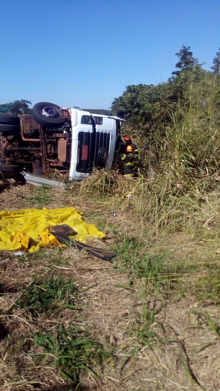 Motorista fica preso nas ferragens após caminhão com carga de couro tombar no acostamento da SP-294 - Notícias - Plantão Diário