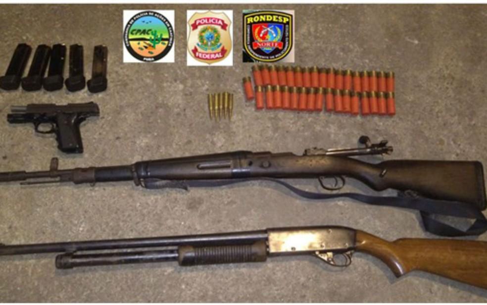 Armas foram apreendidas em uma casa ligada aos suspeitos presos (Foto: Divulgação/SSP)