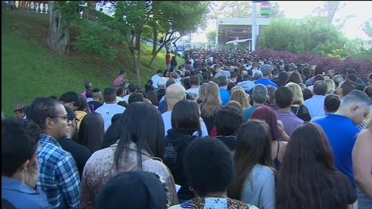 Milhares de fiéis participam da tradicional Via Sacra em Aparecida, SP