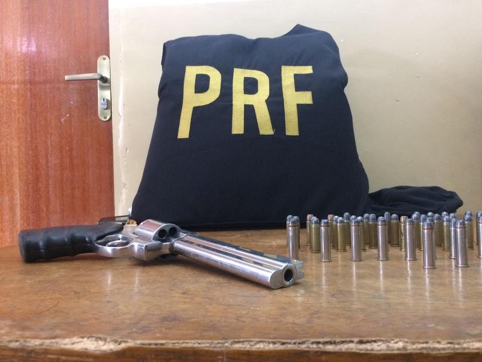 Arma e munições foram apreendidas com Asclepíades Santos Souza (Foto: Michelle Rincon/ Inter TV Cabugi)