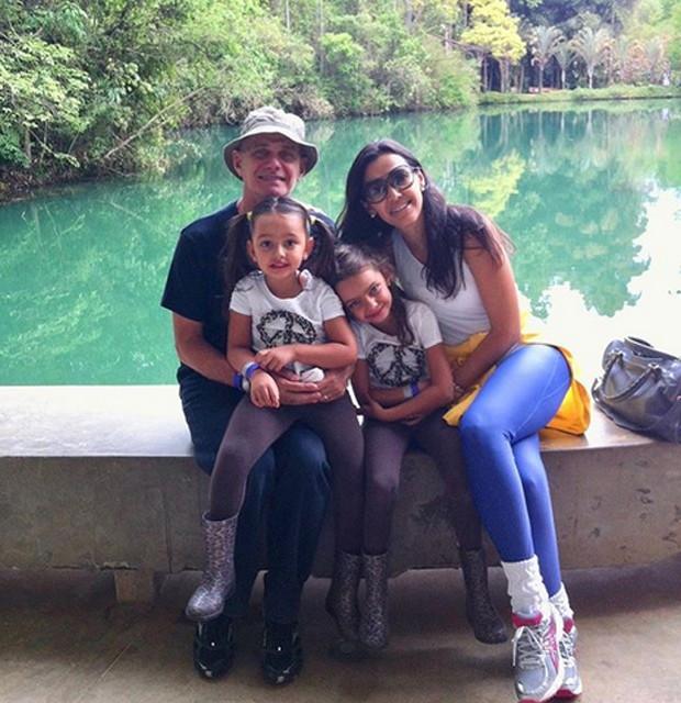 Ricardo Boechat com a jmulher, Veruska, e as filhas gêmeas (Foto: Reprodução)
