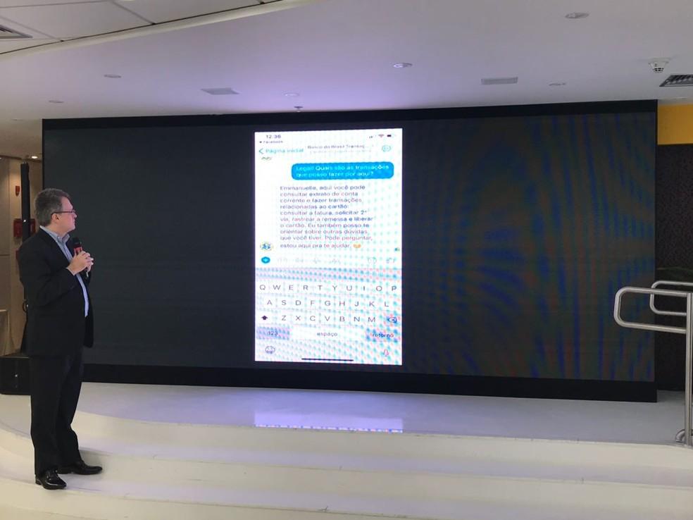 Gustavo Fosse, diretor de tecnologia do BB, apresenta ferramenta do BB que permite transações bancárias pelo Facebook. (Foto: Helton Gomes / G1)