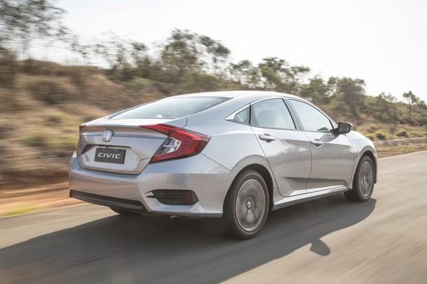 Perfil fastback do novo Honda Civic espana a poeira do antecessor (Foto: Fabio Aro/Autoesporte)