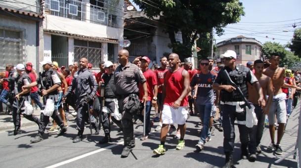 Policiais escoltam torcedores rubro-negros nos arredores do Engenhão