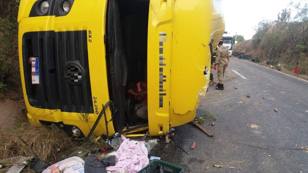 Motorista ficou preso às ferragens em acidente na BR-232, em Pombos — Foto: Polícia Rodoviária Federal/Divulgação
