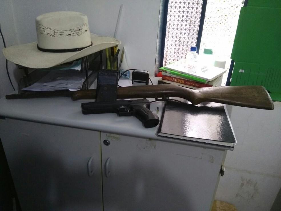 Armas utilizadas pelos suspeitos foram apreendidas (Foto: Polícia Civil/Divulgação)