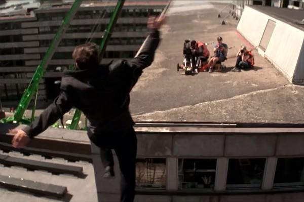 O ator Tom Cruise na gravação de cena do sexto Missão: Impossível que resultou em seu pé quebrado (Foto: YouTube)