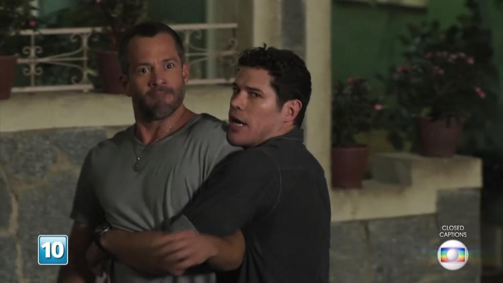 Apolo (Malvino Salvador) tenta avançar em Beto (João Baldasserini), mas é impedido por Adônis (José Loreto) - 'Haja Coração' — Foto: Globo