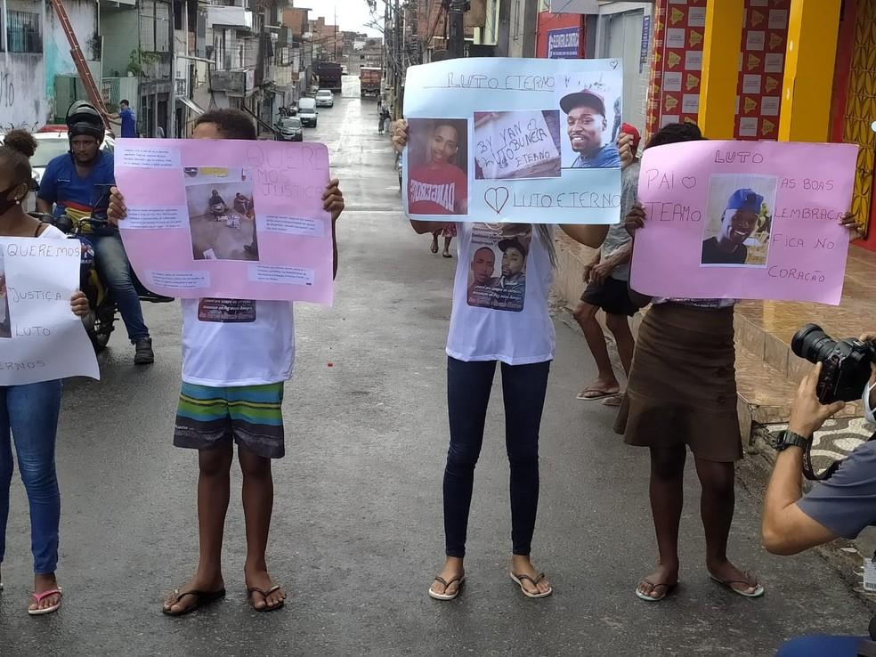 Familiares e amigos de mortos após furto em supermercado fazem protesto no bairro da Fazenda Coutos — Foto: Diego Barreto / G1 BA