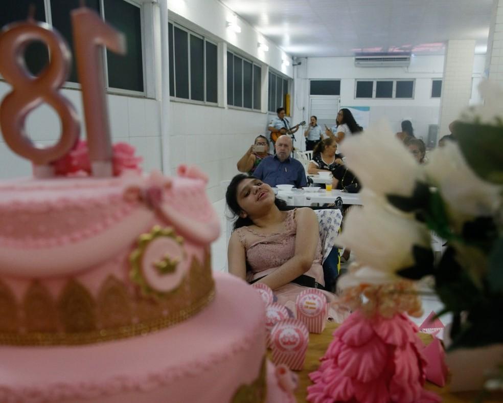 Festa foi montada em hospital e veio acompanhada de um grande bolo na cor rosa. — Foto: Kid Junior/SVM