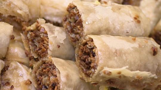 Empresária aposta em fábrica de doces árabes em parceria com chef iraquiano