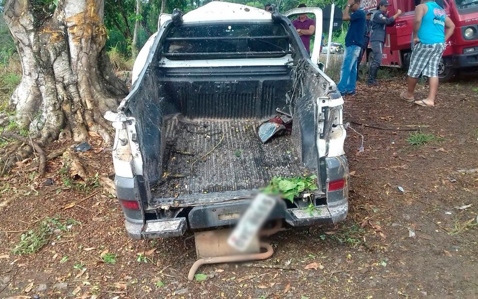 Carro bate em árvore após sair de pista, motorista morre e passageiro fica em estado grave na Bahia (Foto: Divulgação/PRF)