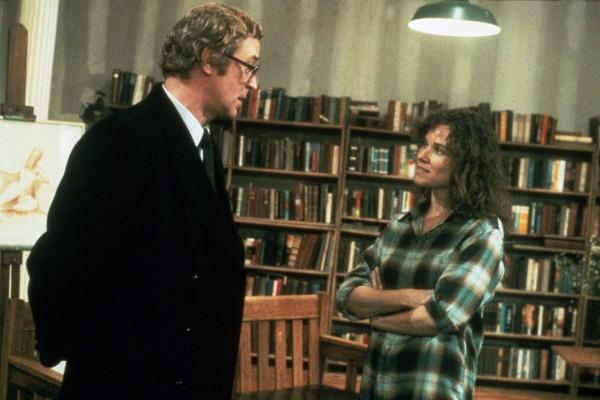 O ator Michael Caine com a atriz Barbara Hershey em cena de Hannah E Suas Irmãs (1986) (Foto: Reprodução)