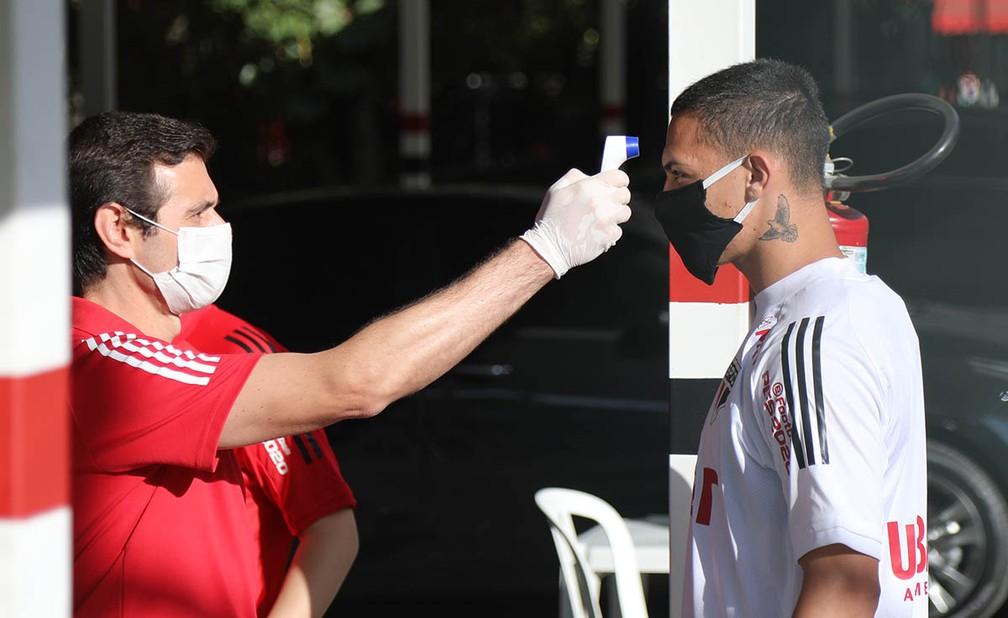 Luis Fernando de Barros mede a temperatura de Antony no CT da Barra Funda, do São Paulo — Foto:  Rubens Chiri / saopaulofc.net