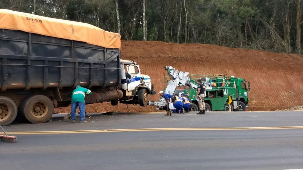 Acidente aconteceu no trecho da BR-277 bloqueado parcialmente para detonação de rochas (Foto: Eduardo Andrade/RPC)