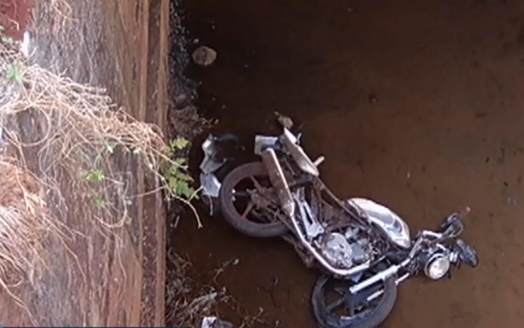 Homem cai com moto em ponte e morre ao fugir de policiais que tentavam evitar aglomeração em luau, em Jataí