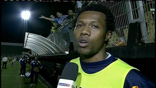 Zagueiro do Macaé acusa torcedores do Bragantino de injúria racial em SP