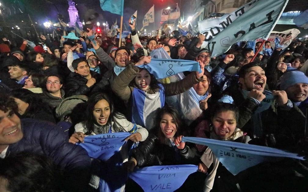 Ativistas contra a legalização do aborto celebram a decisão do Senado argentino (Foto: Alberto Raggio / AFP)