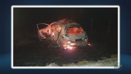 Acidente entre carros mata pai e filho na BR-459, em Piranguinho, MG