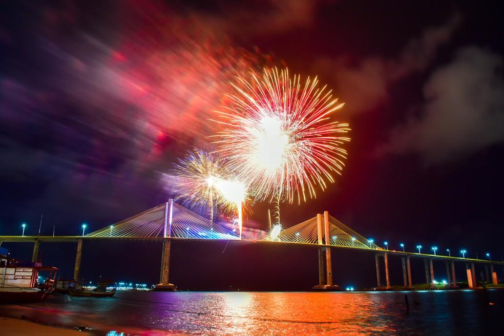 Queima de fogos na ponte Newton Navarro, em Natal, em 2020 — Foto: Pedro Vitorino