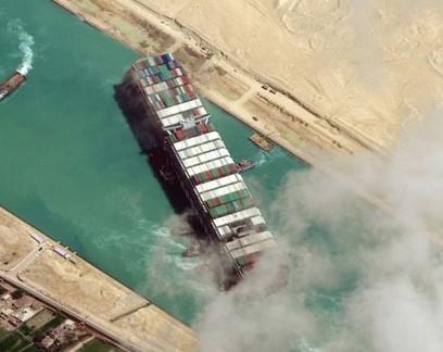 O cargueiro de 400 metros Ever Given ficou preso diagonalmente no Canal de Suez em 23 de março por quase uma semana, causando o bloqueio de uma das principais rotas marítimas comerciais do mundo