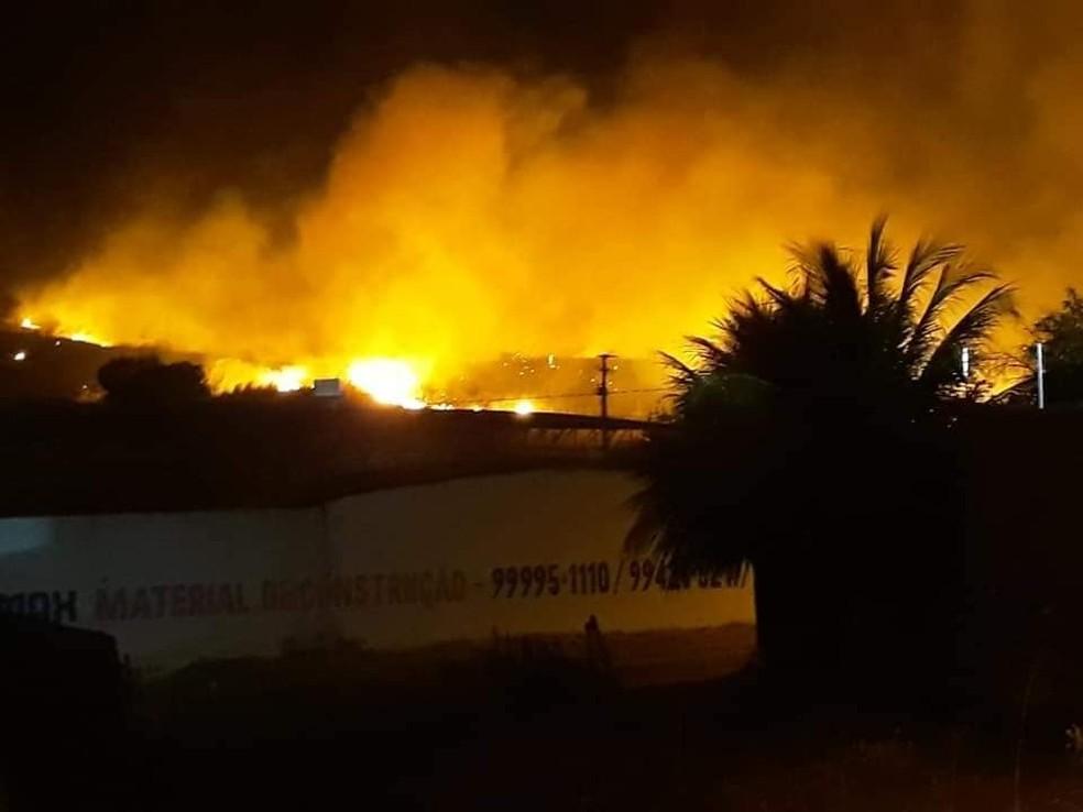 Incêndio em vegetação ameaça atingir casas no Bairro Senharol, no município de Várzea Alegre. — Foto: Divulgação/ Corpo de Bombeiros