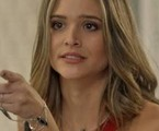 Na segunda-feira (31), Cassandra (Juliana Paiva) pega uma amostra da comida feita por Sofia (Priscila Steinman)e pede à Débora (OliviaTorres) que analise | TV Globo
