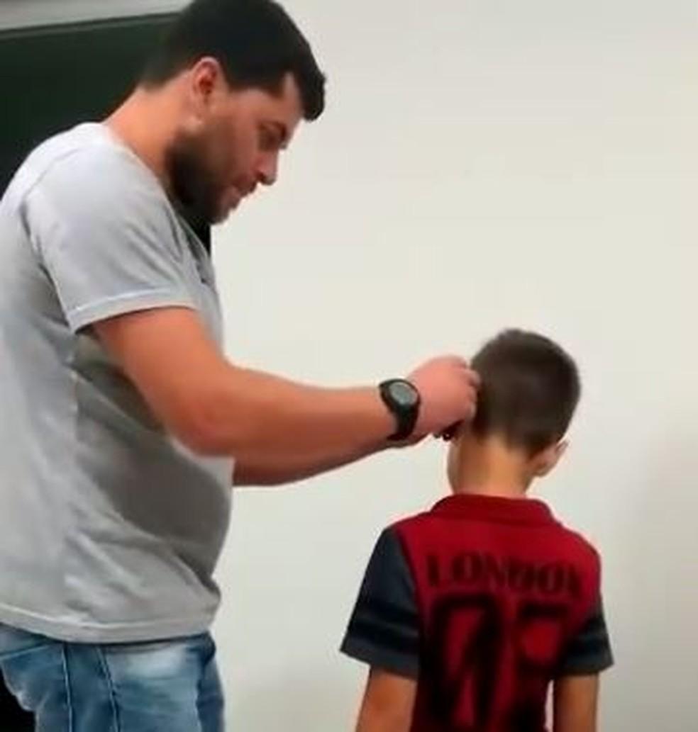 Imagens mostra menino recebendo aparelho auditivo de volta em Bueno Brandão (MG) (Foto: Arquivo Pessoal)