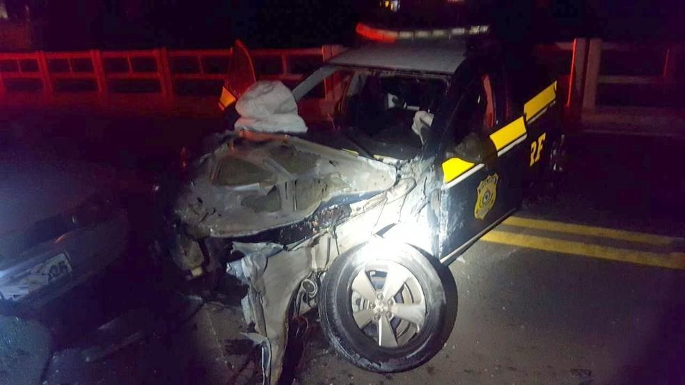 Parte da frente da viatura ficou destruída (Foto: PRF/Divulgação)