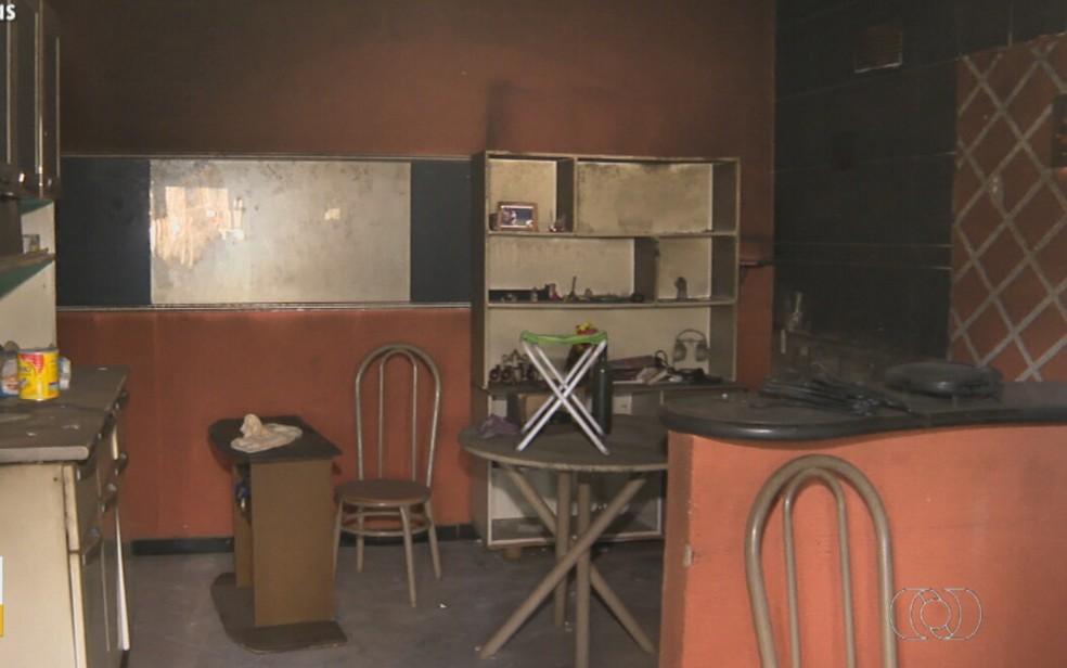 Casa que foi queimada em Aparecida de Goiânia — Foto: Reprodução/TV Anhanguera